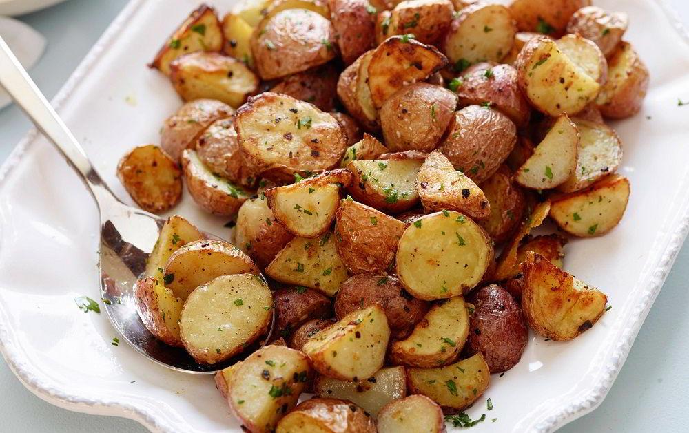 Печёный картофель для салата с колбасой и фасолью