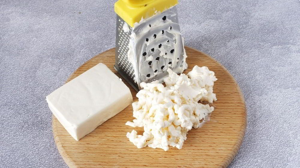 Плавленый сыр для салата с колбасой и фасолью