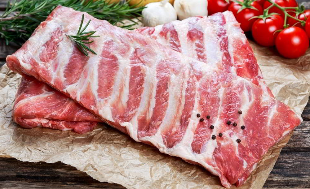 Рёбра свиные на столе
