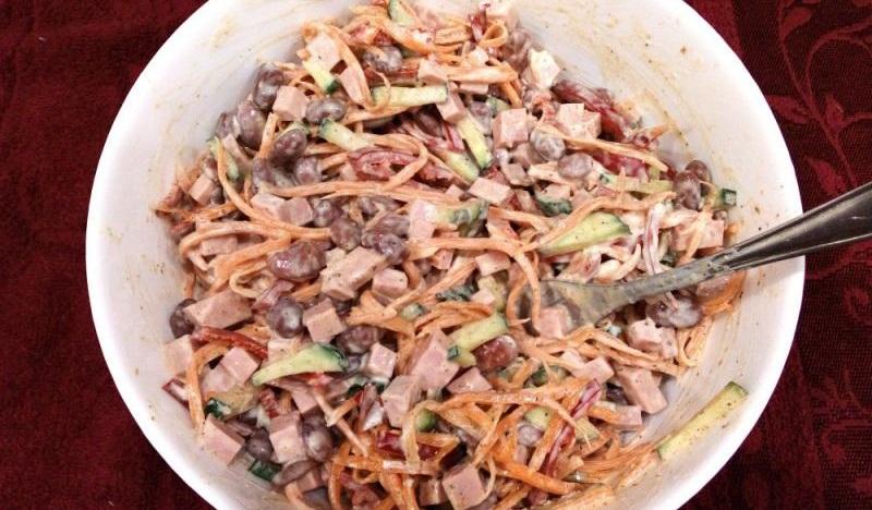 Салат с колбасой, фасолью и морковкой по-корейски