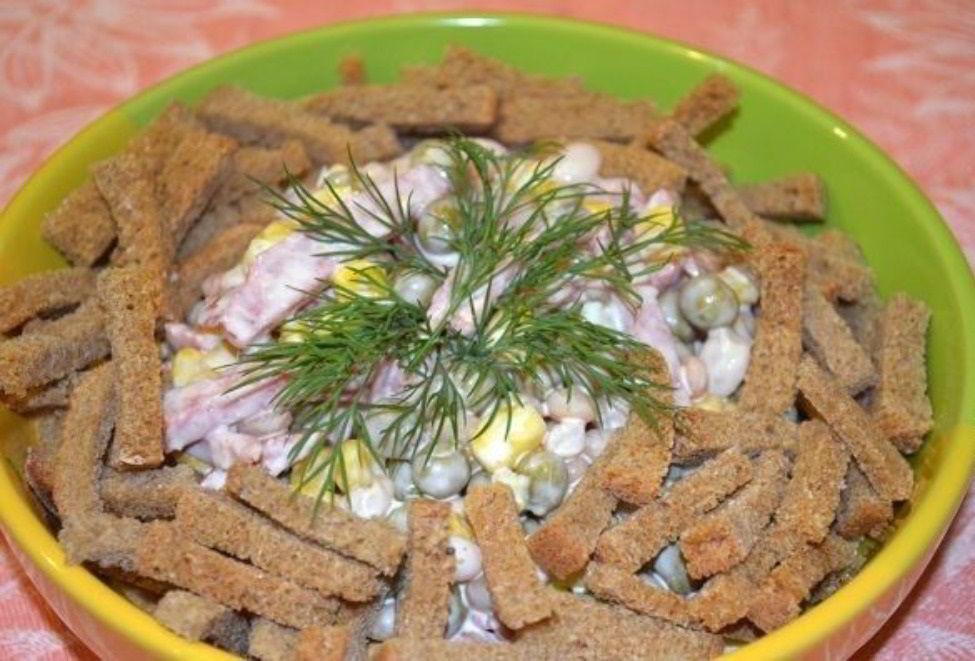Салат с колбасой, фасолью и сухариками