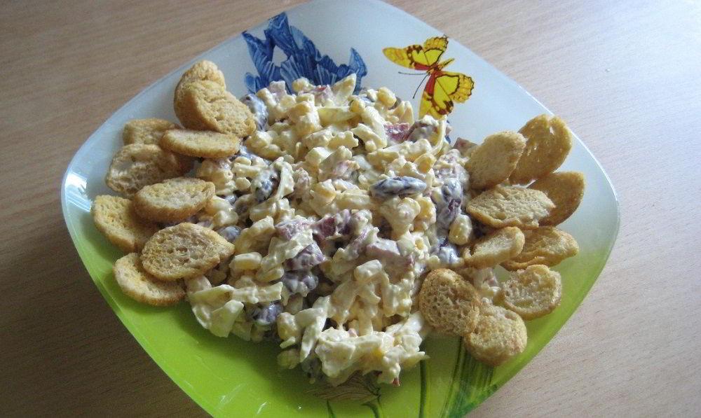 Салат с колбасой, фасолью, кукурузой и сыром