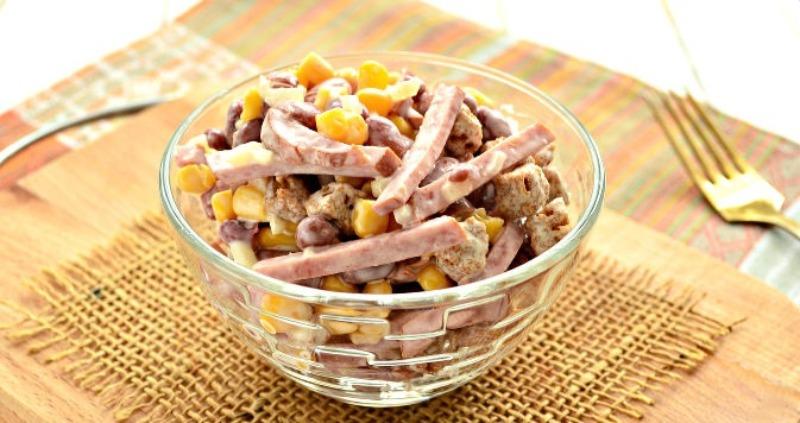 Салат с копчёной колбасой, фасолью и кукурузой