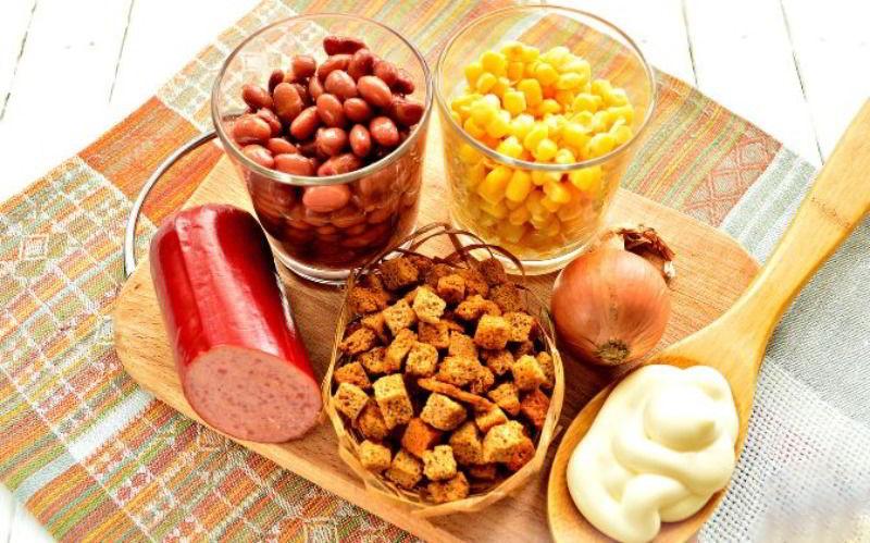 Состав салата с копчёной колбасой, фасолью и кукурузой