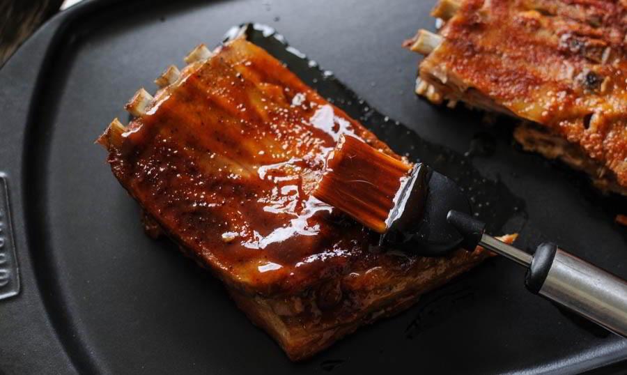 Свиные рёбра и соус BBQ