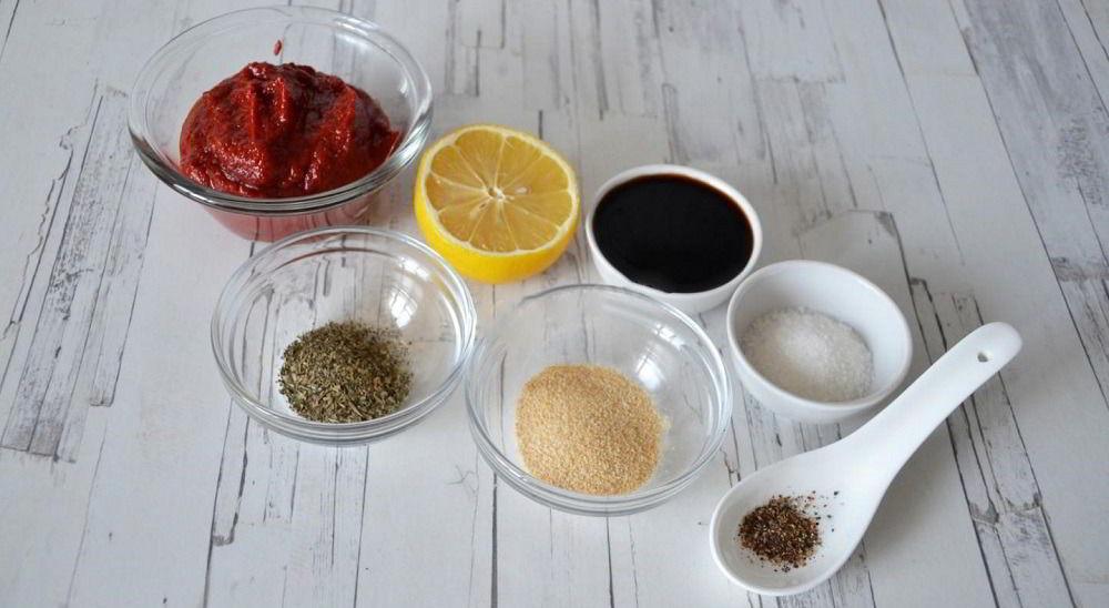 Томатная паста, соевый соус, лимон и специи
