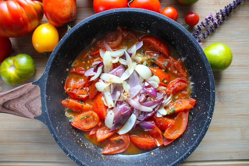 Лук, перец, томаты на сковороде