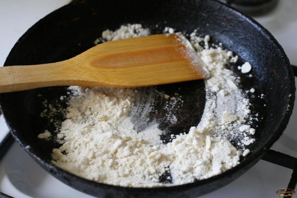 Мука на сковороде