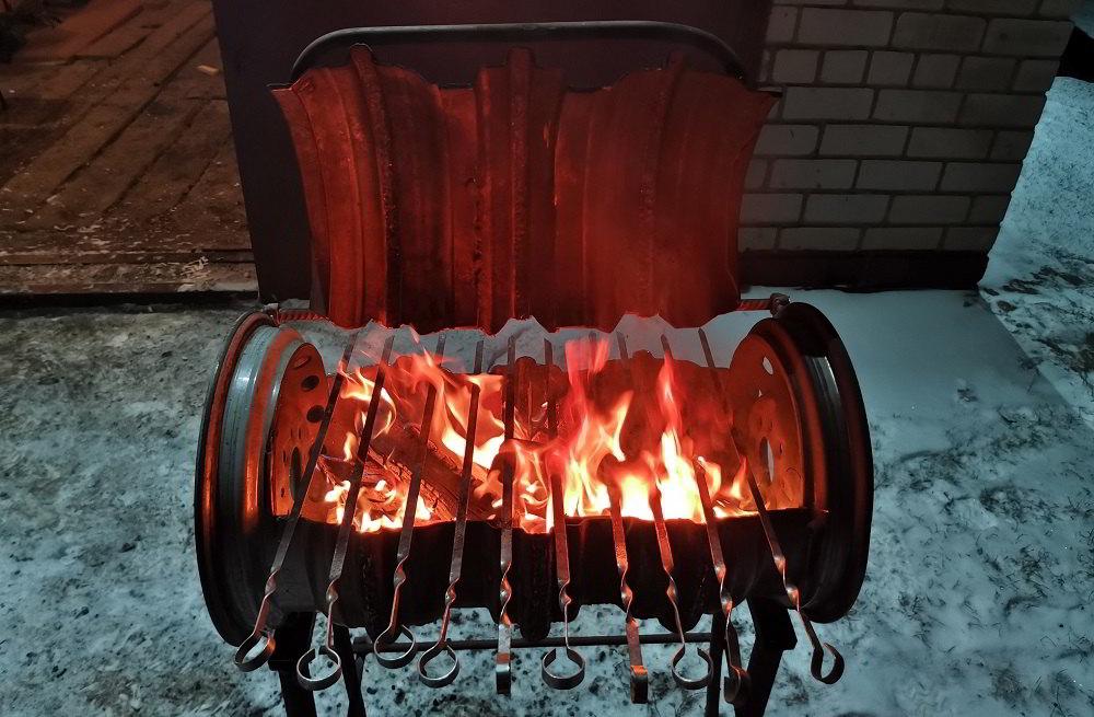 Огонь в мангале из бочке