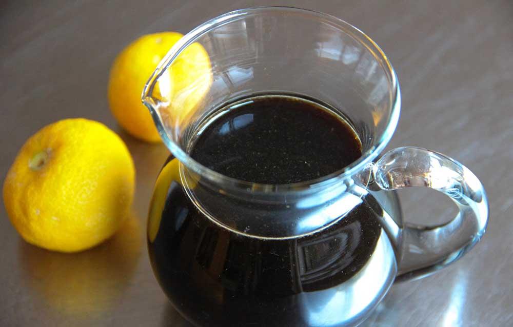 Соевый соус и лимоны для карася