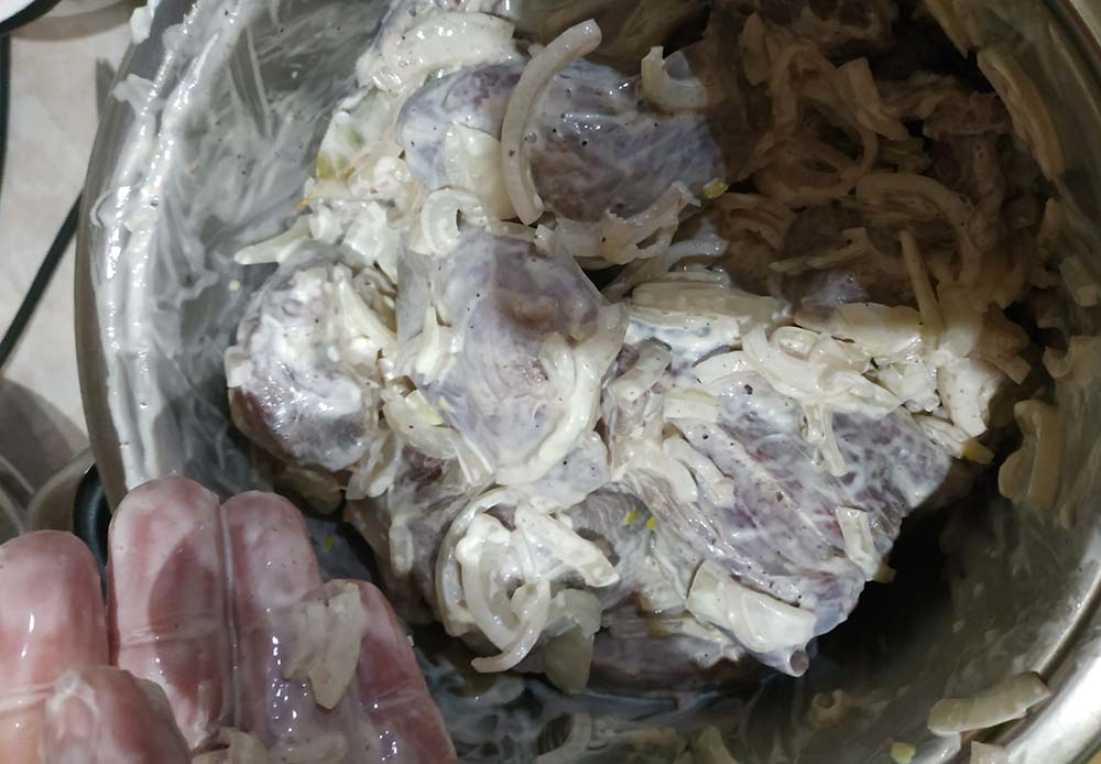 Зайчатина в сметане с луком