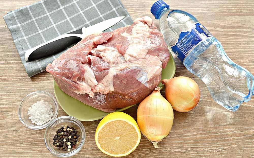 Козлятина, минералка, лук, лимон и специи