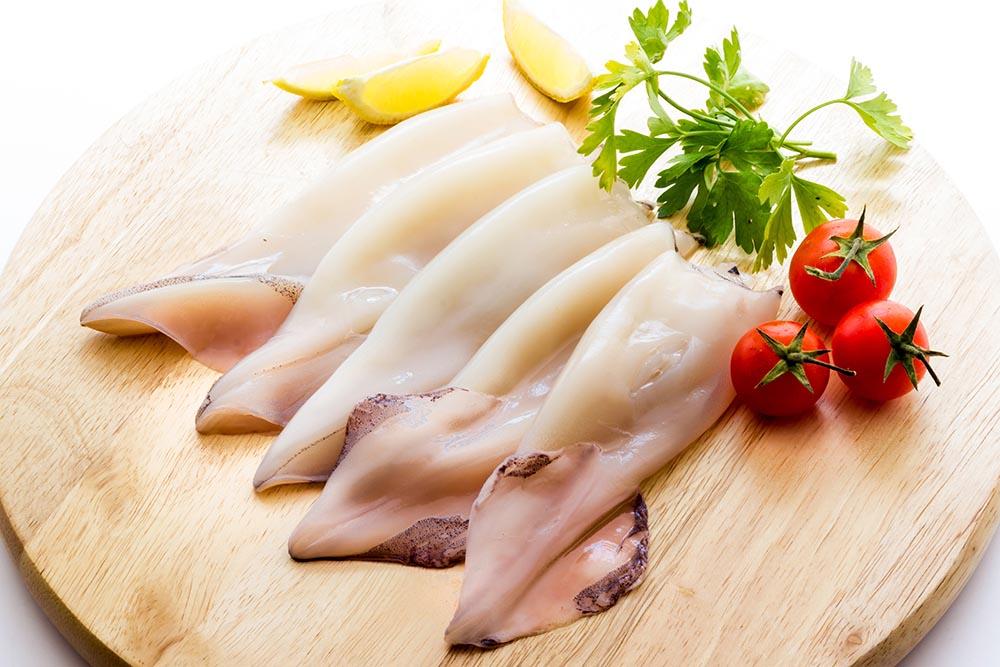 Мясо кальмара на столе