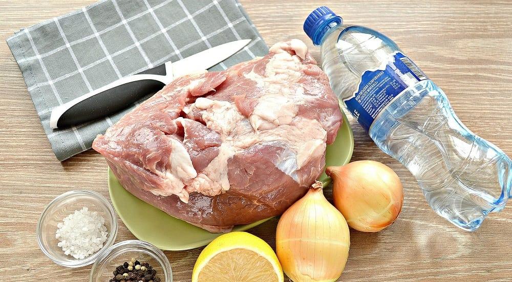 Мясо, минералка, лук, лимон и специи