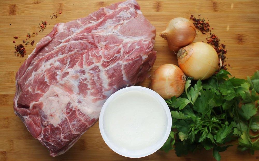 Свинина, лук, кефир и специи