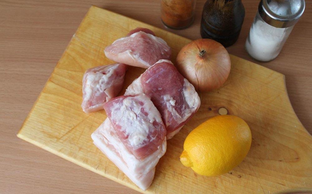 Свинина, лук, лимон и специи