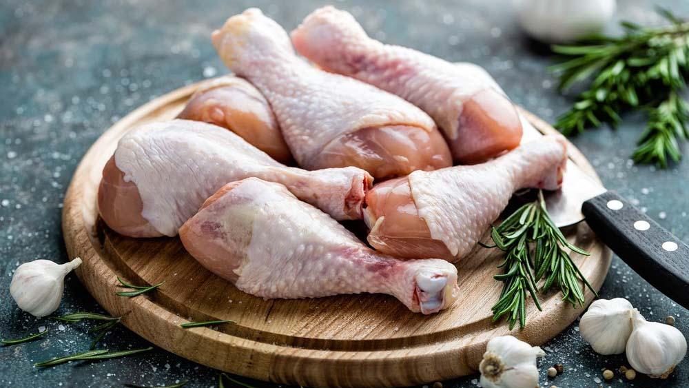 Куриные ножки на столе