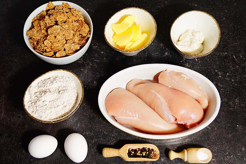 Курица, кукурузные хлопья, яйца и специи