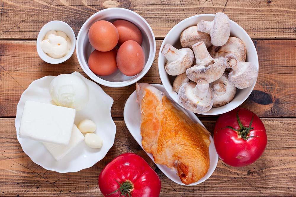 Курица, помидоры, шампиньоны, яйца