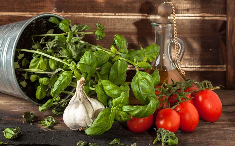 Помидоры, чеснок, базилик и масло
