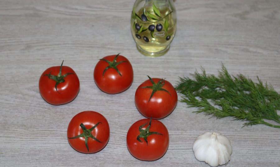 Помидоры, лук, зелень и масло