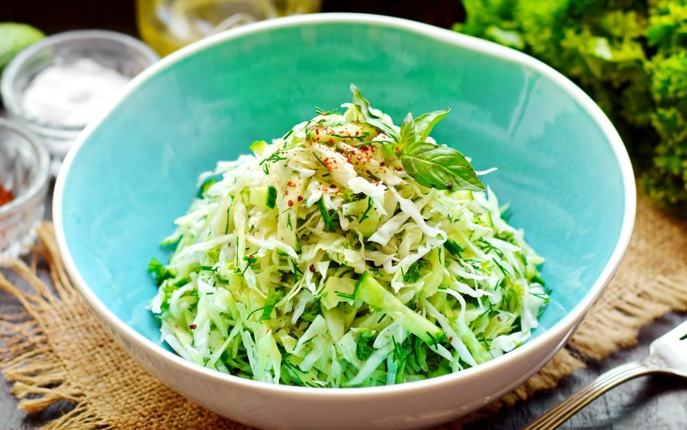 Салат из капусты, огурца, перца и салата