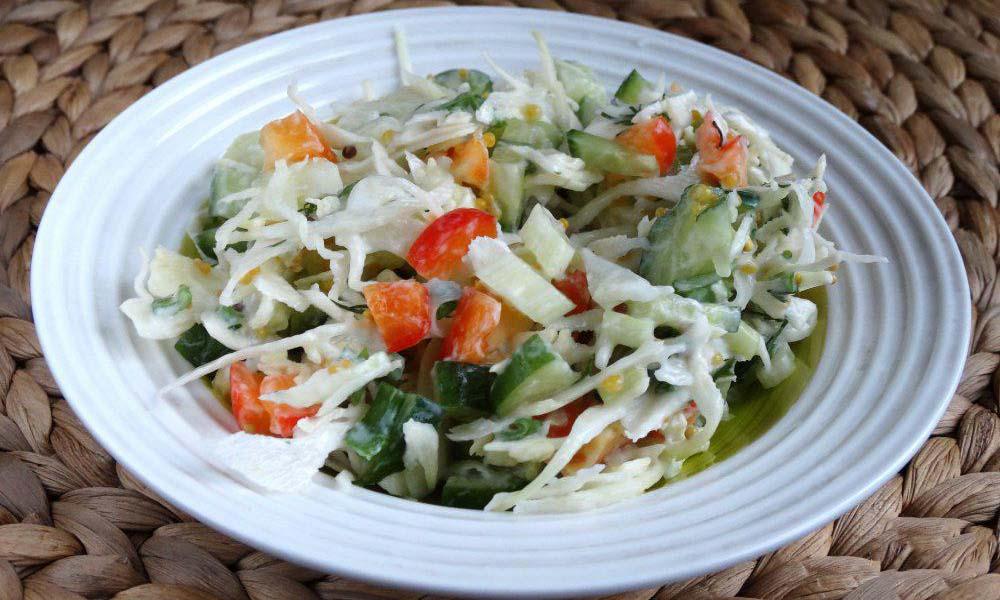 Салат с капустой, перцем и сельдереем