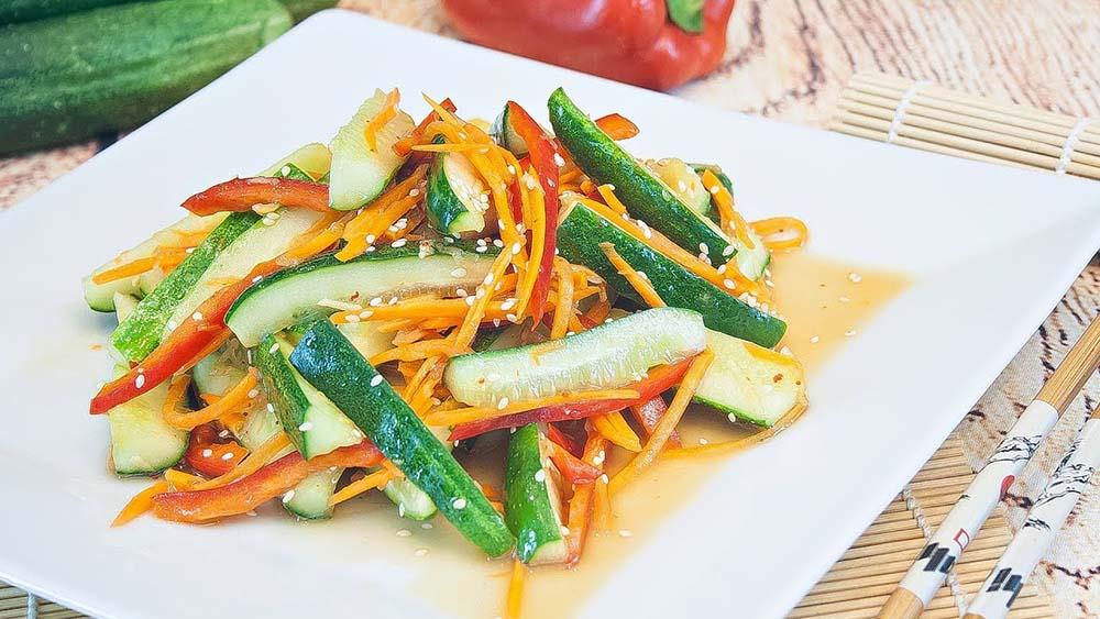 Салат с огурцом, морковью и перцем