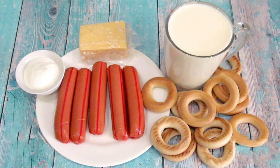 Сосиски, сушки, сыр, молоко