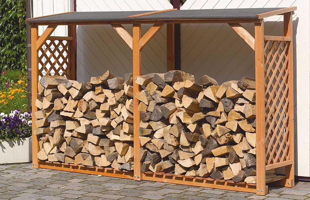 Сухие дрова на улице