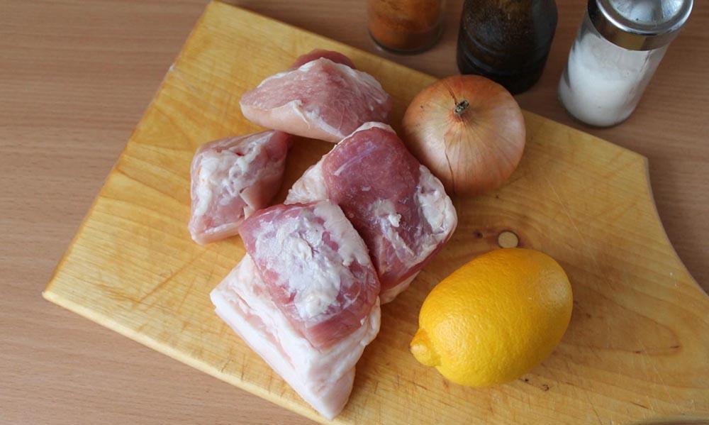 Свинина, лук, лимон, специи