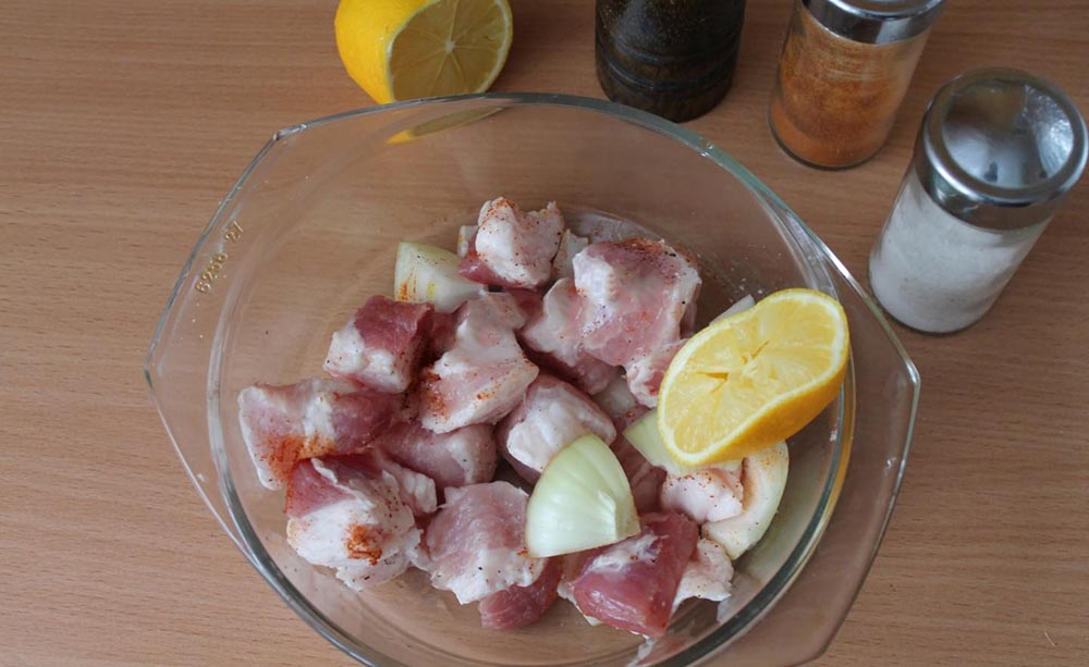 Свинина с лимоном и луком