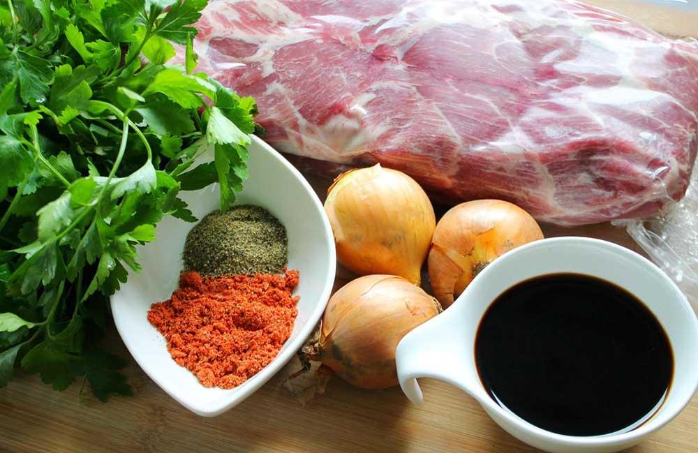 Свинина, соевый соус и лук