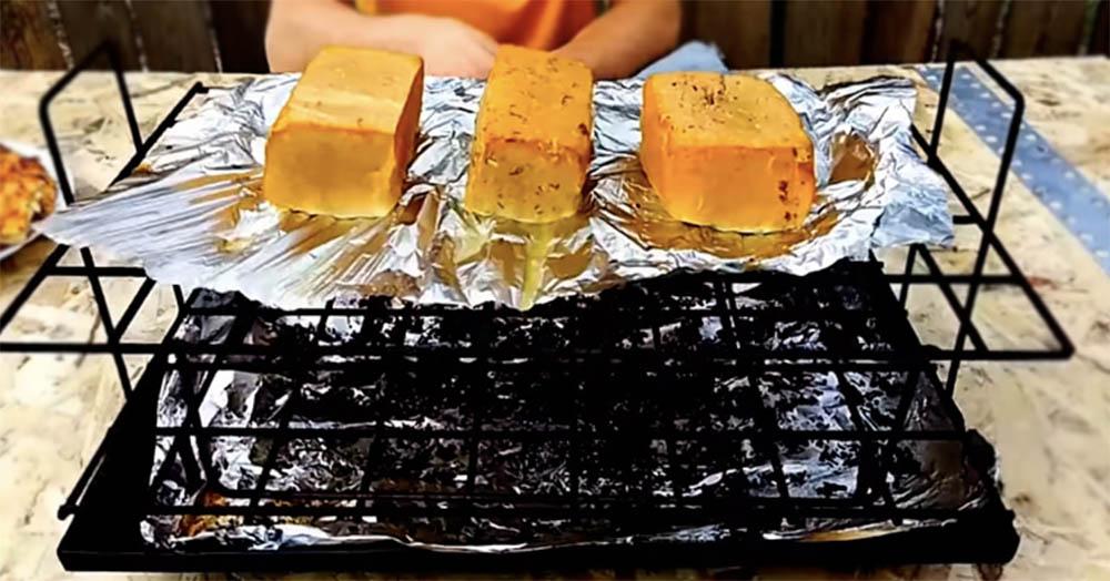 Тофу на фольге на решётке