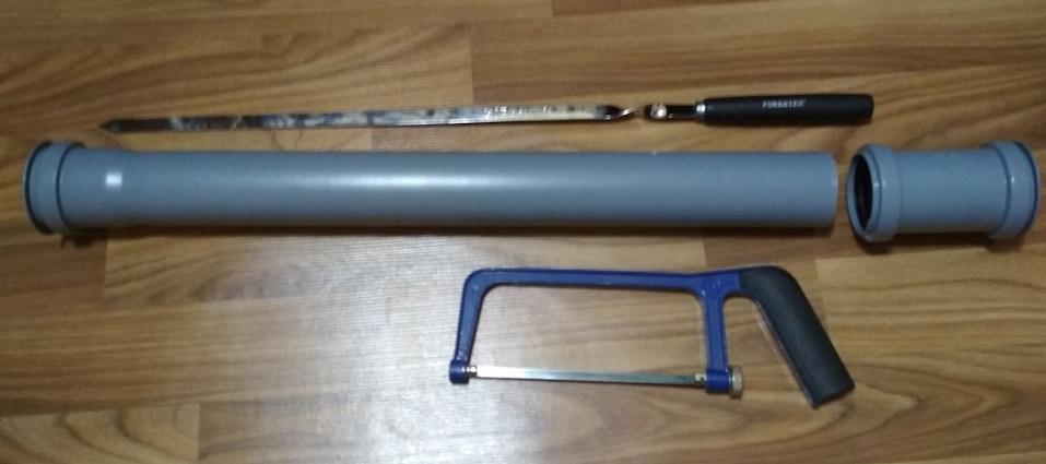 Труба ПВХ и ножовка