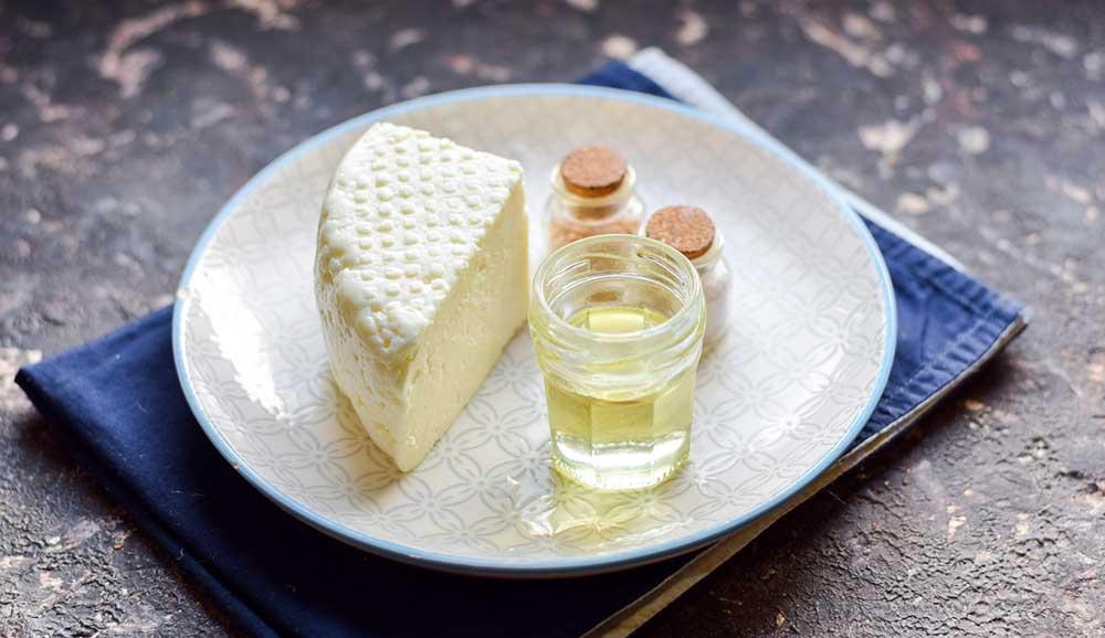 Адыгейский сыр, масло и специи