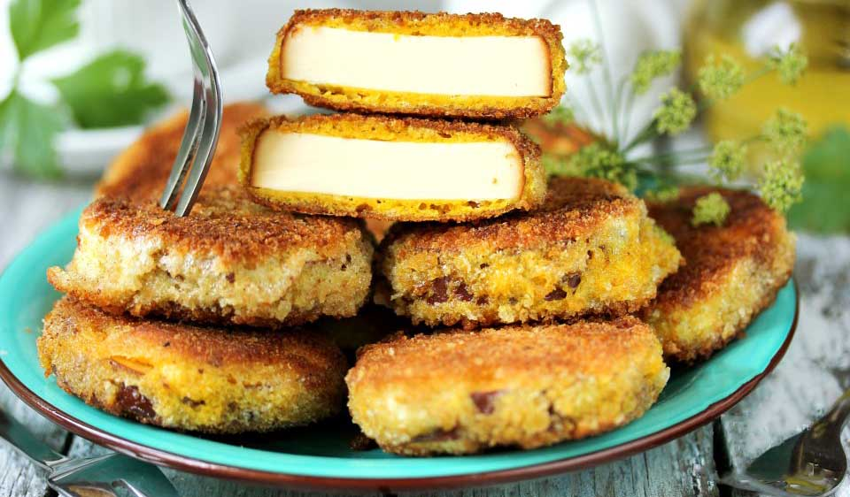 Колбасный сыр на тарелке