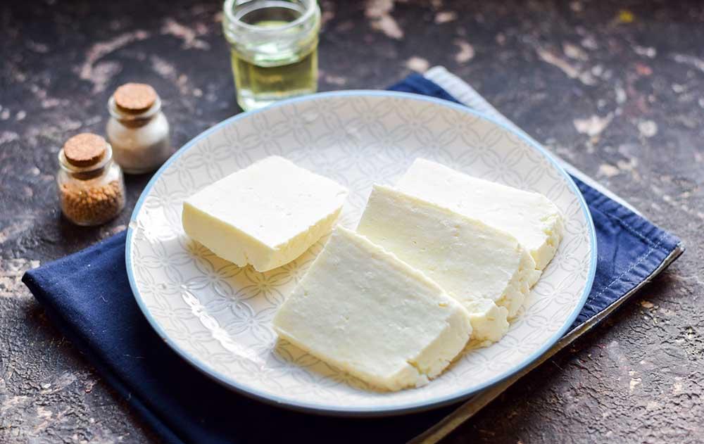 Куски адыгейского сыра