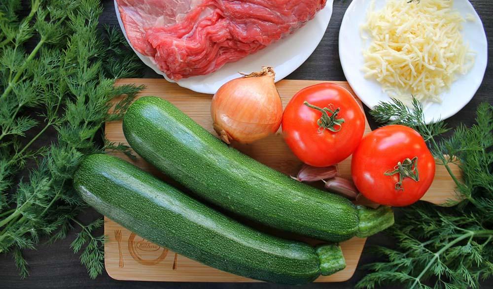 Мясо, кабачок, помидор, лук