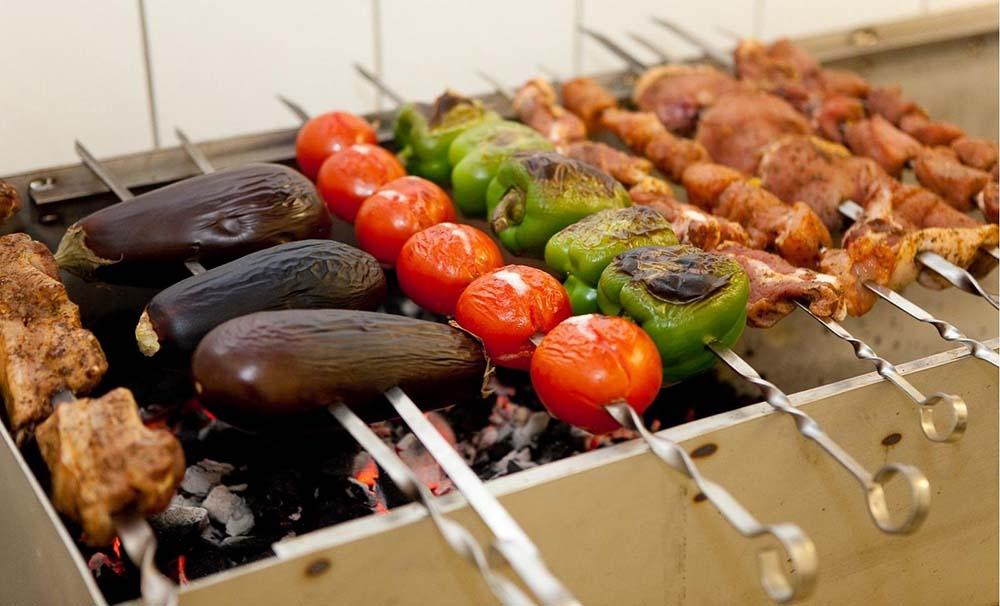 Шашлык и овощи на мангале
