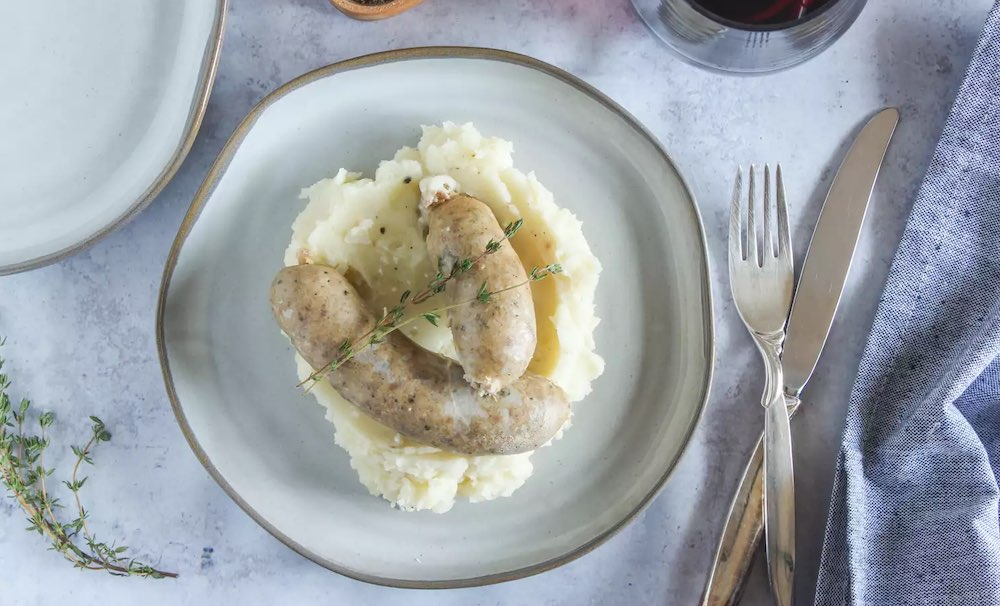 Сливочные сосиски на тарелке