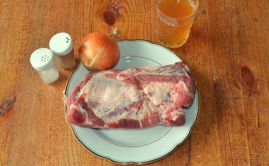 Свинина, лук, квас и специи