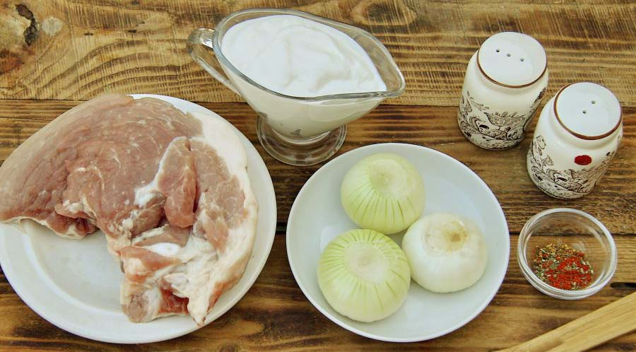 Свинина, сметана, лук и специи