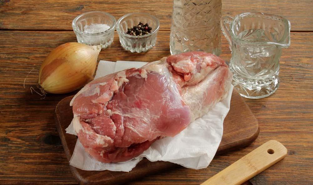 Свинина, уксус, лук и специи