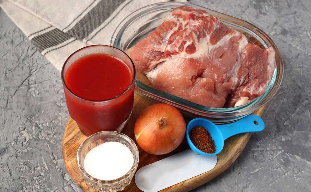 Свинина, томатная паста, лук и специи