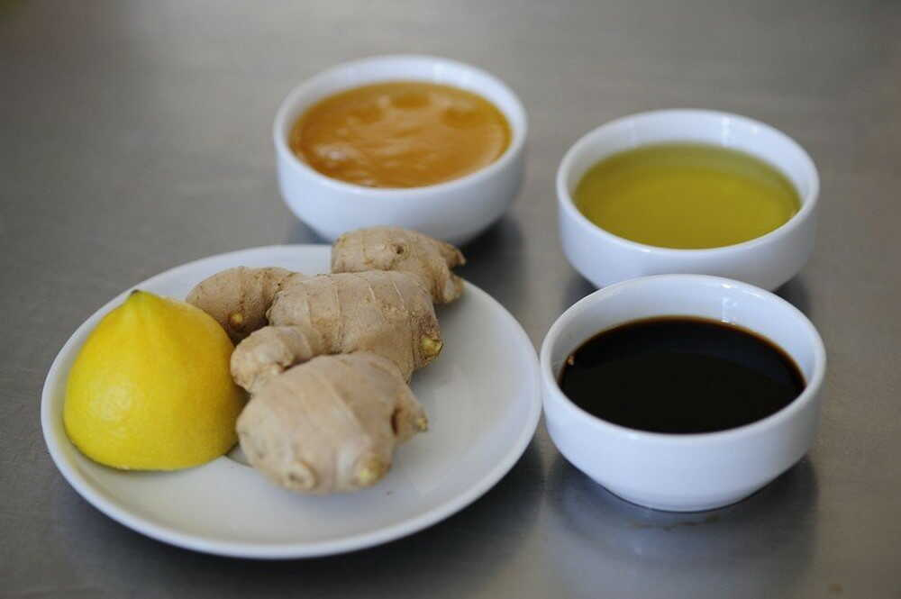 Ингредиенты для маринада из имбиря, соевого соуса, меда
