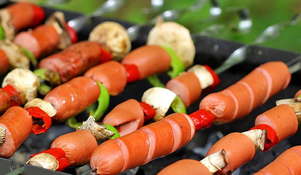 Молочные сосиски с овощами на гриле